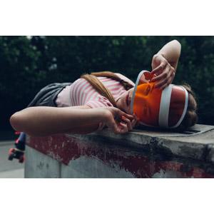 フリー写真, 人物, 女性, 外国人女性, ベルギー人, サンバイザー, 寝転ぶ, 仰向け