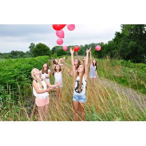 フリー写真, 人物, 少女, 外国の少女, 集団(グループ), オランダ人, 草むら, 田舎, 手を上げる