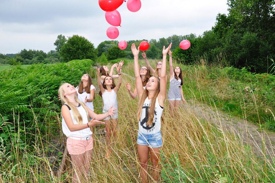フリー写真 風船を飛ばす外国の少女たち