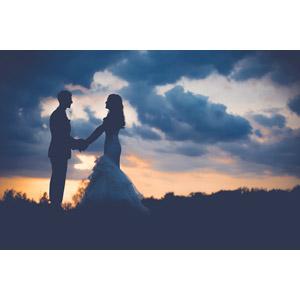 フリー写真, 人物, カップル, 花婿(新郎), 花嫁(新婦), 向かい合う, 手をつなぐ, 人と風景, 二人, 雲, 夕暮れ(夕方), 夕焼け, シルエット(人物), 結婚式(ブライダル)