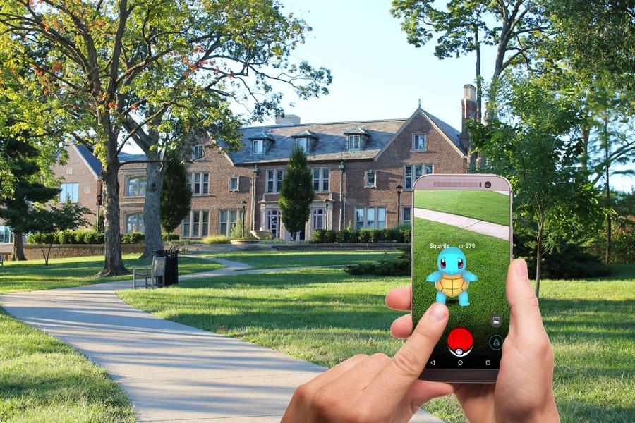 フリー写真 ポケモンGOで遊んでいるスマホの画面と手