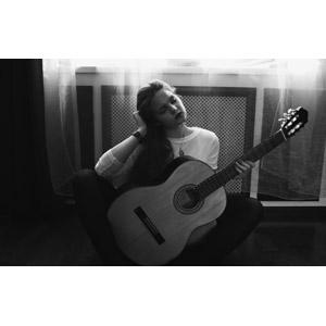 フリー写真, 人物, 女性, 外国人女性, ロシア人, 目を閉じる, 頭に手を当てる, 楽器, 弦楽器, ギター, アコースティックギター, 音楽, モノクロ, 座る(床)