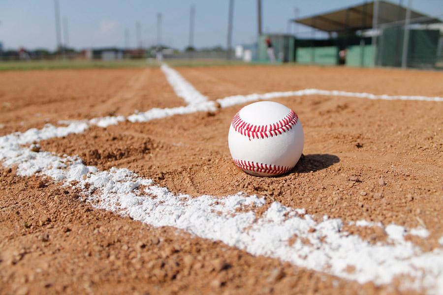 フリー写真 野球のグラウンドと硬式ボール