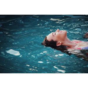 フリー写真, 人物, 女性, 外国人女性, アメリカ人, 水に浮かぶ, 目を閉じる, 水着, プール