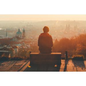 フリー写真, 人物, 後ろ姿, 人と風景, 座る(ベンチ), 眺める, 旧市街, 街並み(町並み), 夕暮れ(夕方), チェコの風景, プラハ