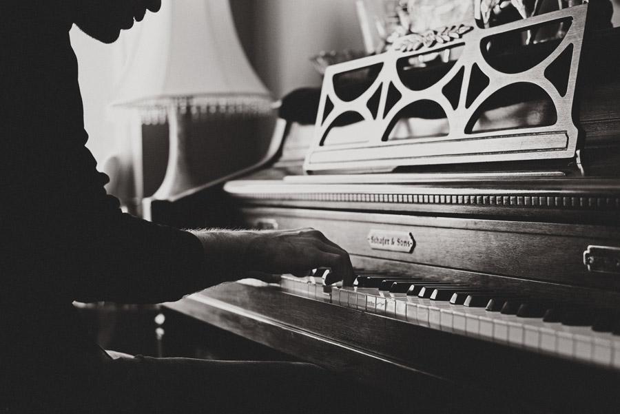 フリー写真 ピアノを演奏する男性