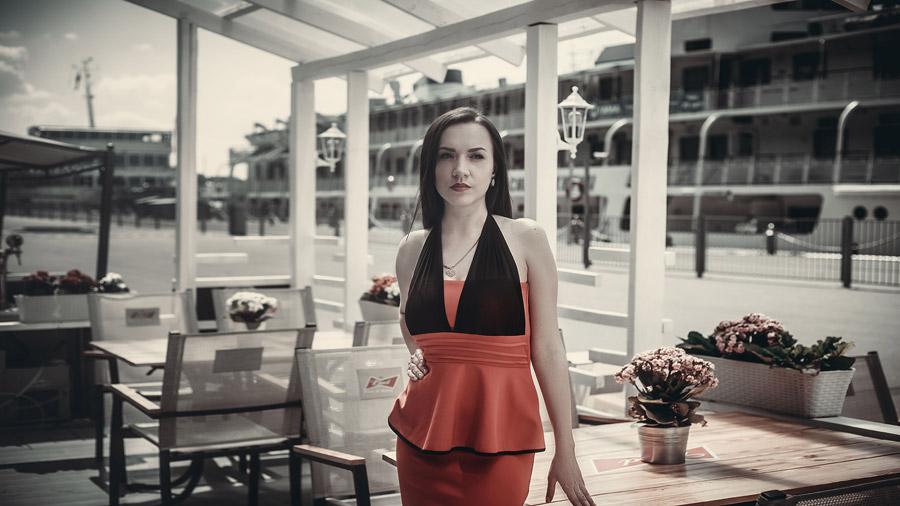 フリー写真 ドレス姿で腰に手を当てる外国人女性