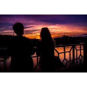 フリー写真, 人物, カップル, 恋人, 後ろ姿, 二人, 人と風景, 河川, 夕暮れ(夕方), 夕焼け, チェコの風景, プラハ
