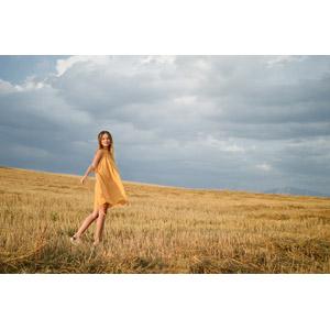 フリー写真, 人物, 女性, 外国人女性, ギリシャ人, ドレス, 人と風景, 草むら, 枯れ草
