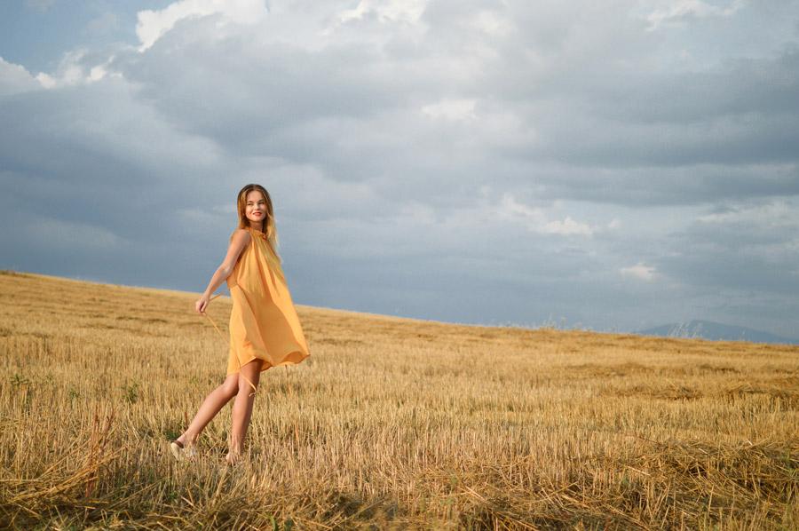フリー写真 枯れた草むらに立つ外国人女性