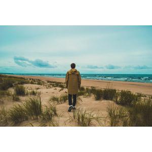 フリー写真, 人物, 男性, 外国人男性, 後ろ姿, カッパ(レインコート), 人と風景, ビーチ(砂浜), 海