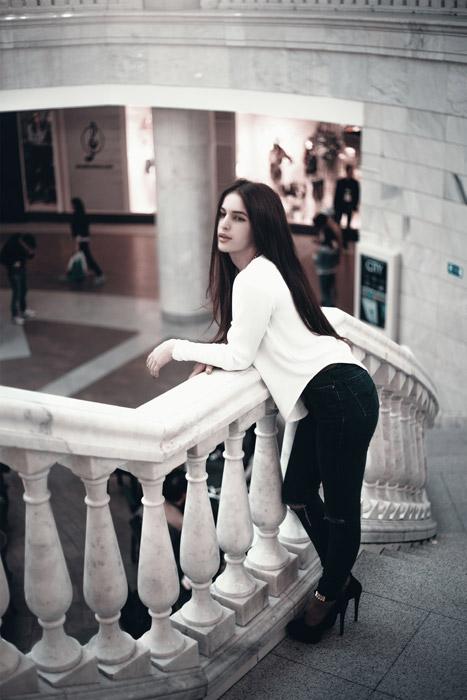 フリー写真 階段の手すりに寄りかかる外国人女性