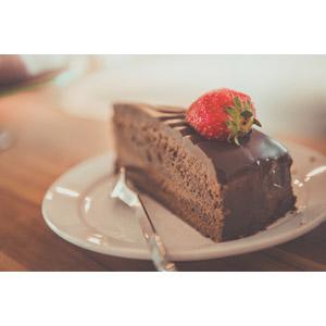 フリー写真, 食べ物(食料), 菓子, 洋菓子, ケーキ, チョコレートケーキ, 苺(イチゴ)