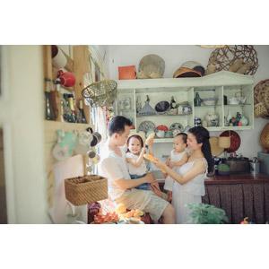 フリー写真, 人物, 家族, 親子, 父親(お父さん), 母親(お母さん), 子供, 娘, 赤ちゃん, 台所(キッチン), 四人, 食べ物(食料), パン