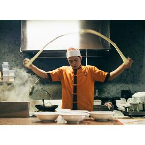 フリー写真, 人物, 男性, アジア人男性, 仕事, 職業, 料理人(調理師), 麺類, 厨房, 調理, 飲食店, 中華料理人