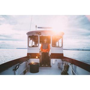フリー写真, 人物, 男性, 外国人男性, アメリカ人, 仕事, 職業, 漁師, 人と乗り物, 乗り物, 船, 漁船, ポケットに手を入れる, 見上げる(上を向く)