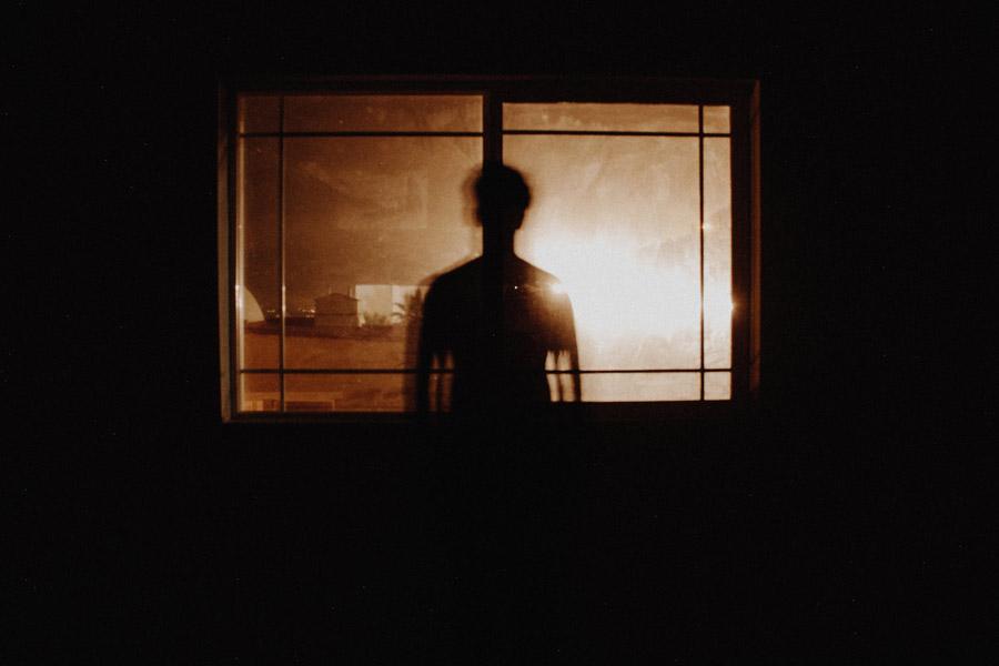 フリー写真 窓に映る人影