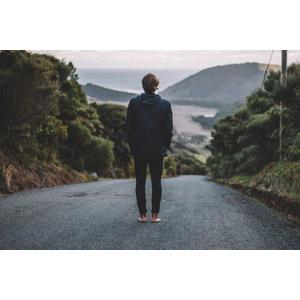 フリー写真, 人物, 男性, 外国人男性, 後ろ姿, 道路, 人と風景, 眺める