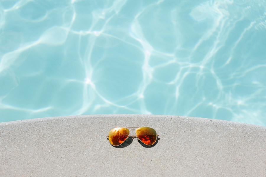 フリー写真 プールサイドに置かれたサングラス