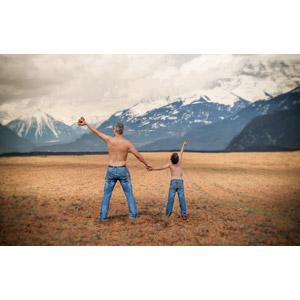 フリー写真, 人物, 親子, 父親(お父さん), 子供, 息子, 歓喜, 後ろ姿, ジーンズ(ジーパン), 手をつなぐ, 人と風景, 山