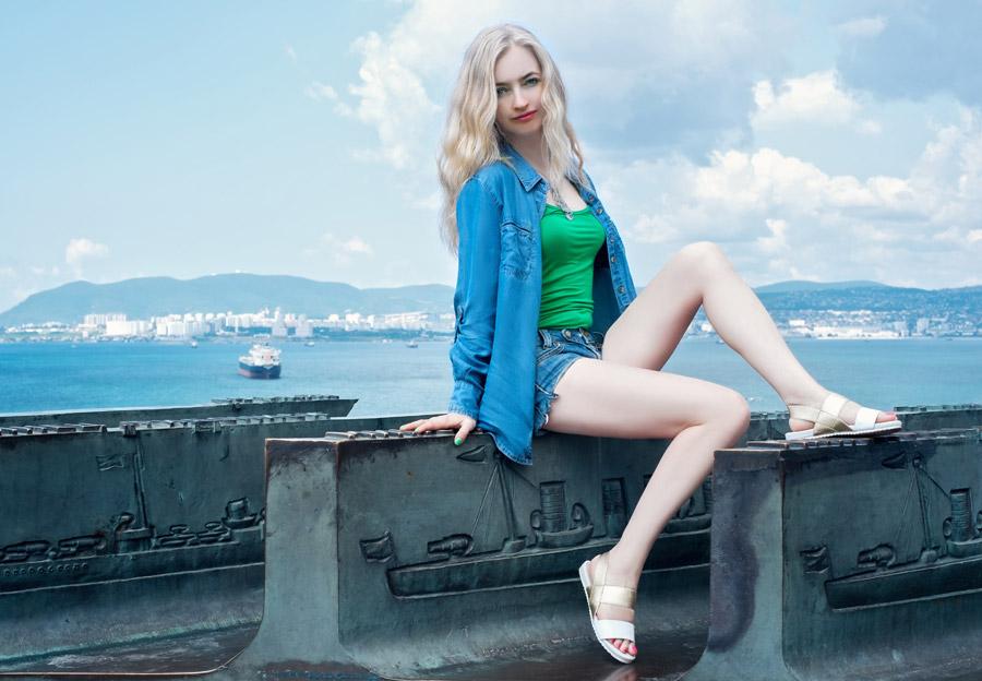 フリー写真 海と金髪の外国人女性