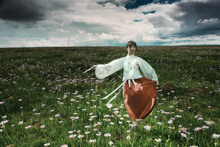 フリー写真 草花と漢服姿で舞う女性