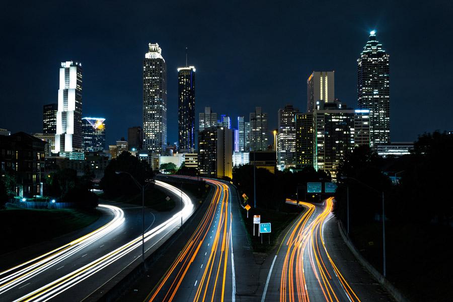 フリー写真 アトランタの街の夜景と高速道路と車の光線