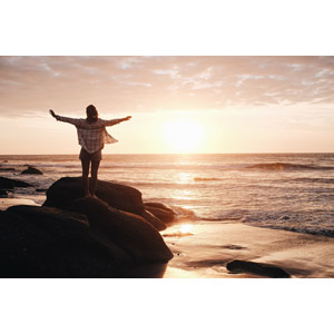フリー写真, 風景, 夕暮れ(夕方), 夕日, 日の入り, 海, ビーチ(砂浜), 岩, 人と風景, 女性, 後ろ姿, 手を広げる