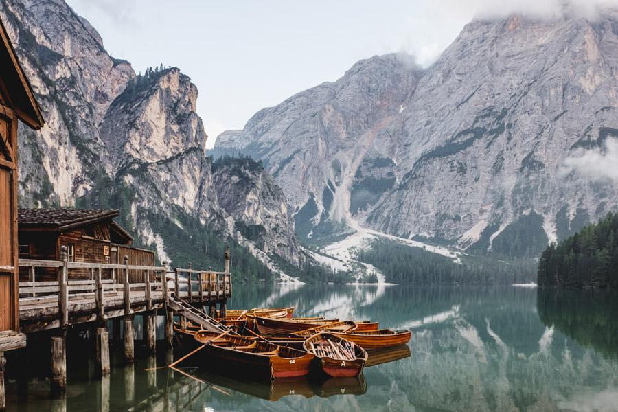フリー写真 ドロミテの山とブライエス湖に浮かぶ貸しボート