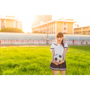 フリー写真, 人物, 女性, アジア人女性, 嚴琪琪(00273), 中国人, 少女, アジアの少女, 学生(生徒), 高校生, 学生服, セーラー服(学生服), サッカーボール, 夕暮れ(夕方), サッカー, 芝生