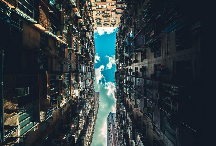 フリー写真 下から見上げる香港の密集した高層アパート
