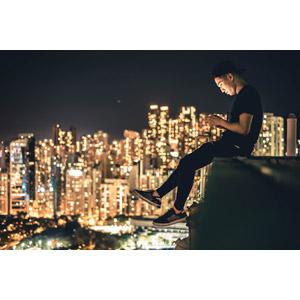 フリー写真, 人物, 男性, アジア人男性, 人と風景, 横顔, キャップ帽, スマートフォン(スマホ), 夜, 夜景, 街並み(町並み), 中国の風景, 香港