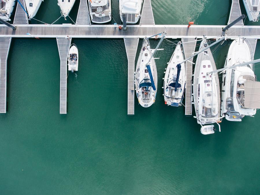 フリー写真 真上から見るヨットハーバーの風景