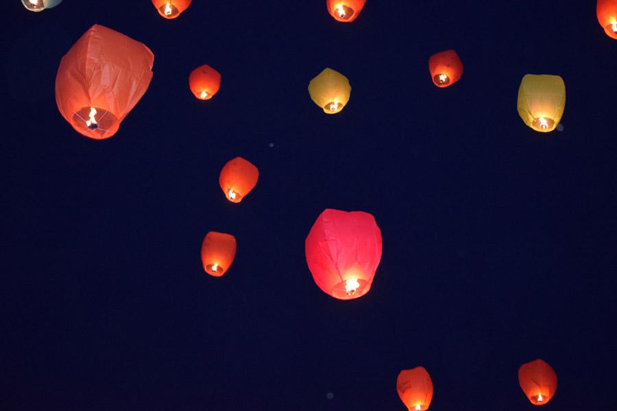 フリー写真 夜空に浮かぶ天灯