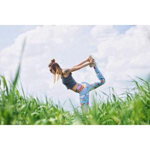 フリー写真, 人物, 女性, 外国人女性, ポーランド人, 運動, ストレッチ, サングラス, 雲, 草むら