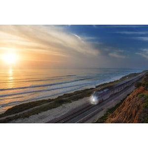 フリー写真, 風景, 海, 海岸, 夕暮れ(夕方), 夕焼け, 夕日, 乗り物, 列車(鉄道車両), 汽車, アムトラック, アメリカの風景, カリフォルニア州, サンディエゴ