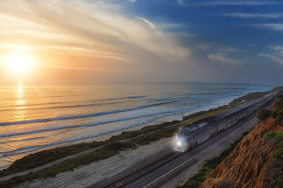 フリー写真 夕暮れの海岸線を走るアムトラック列車