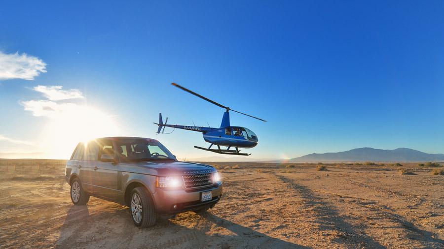 フリー写真 レンジローバーの四駆とヘリコプター