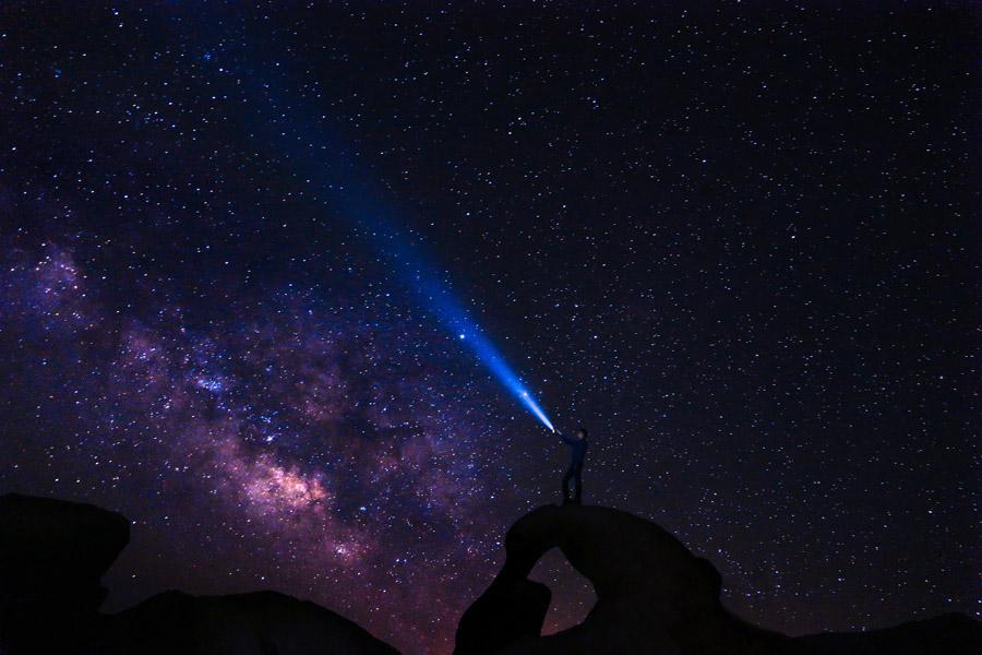 フリー写真 天の川と光線を照射する人物