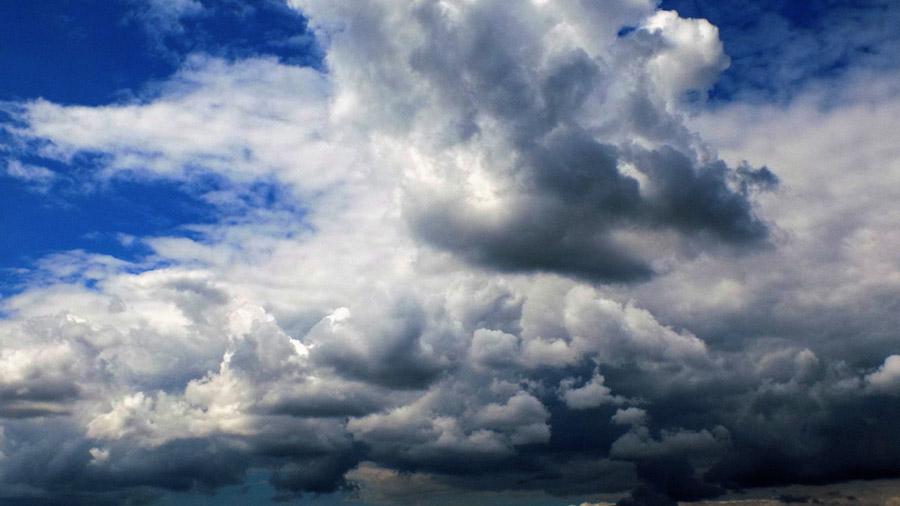 フリー写真 空を覆う積乱雲の風景