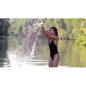 フリー写真, 人物, 女性, 外国人女性, 女性(00241), ルーマニア人, 水着, ワンピース(水着), 河川, 川遊び, 水しぶき