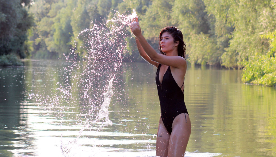 フリー写真 水しぶきと水着姿の外国人女性