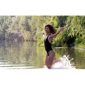 フリー写真, 人物, 女性, 外国人女性, 女性(00241), ルーマニア人, 水着, ワンピース(水着), 河川, 川遊び, 水しぶき, 手を広げる