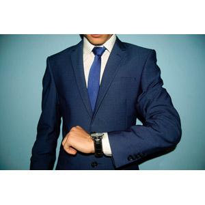 フリー写真, 人物, 男性, 仕事, 職業, ビジネス, ビジネスマン, 腕時計, 時間, 時計, メンズスーツ