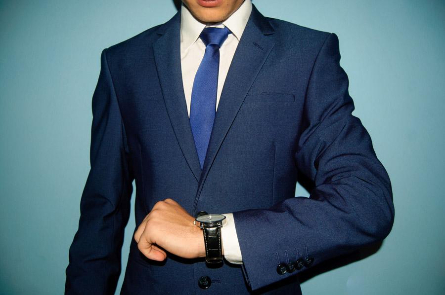 フリー写真 腕時計を見るスーツ姿の男性