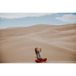 フリー写真, 人物, 女性, 外国人女性, あぐらをかく, 座る(地面), サングラス, 頭に手を当てる, 人と風景, 砂漠, 砂丘