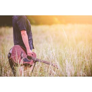 フリー写真, 人物, 音楽, 楽器, 弦楽器, ギター, アコースティックギター, 人と風景, 草むら