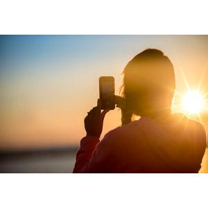フリー写真, 人物, 女性, 写真撮影, スマートフォン(スマホ), 人と風景, 夕暮れ(夕方), 夕焼け, 夕日