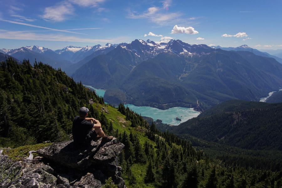 フリー写真 崖の上から渓谷を眺める男性