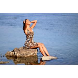 フリー写真, 人物, 女性, 外国人女性, 女性(00278), ルーマニア人, 座る(石), 湖, 人と風景, 髪をかき上げる, 目を閉じる, ドレス, ヒョウ柄